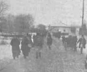 1915 GAZETA ILUSTRATA Refugiati trec pe jos printr-un punct al frontierei